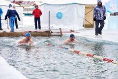 SAHYURTA, ΠΕΡΙΟΧΗ του ΙΡΚΟΥΤΣΚ, της ΡΩΣΙΑΣ - 11 Μαρτίου 2017: Φλυτζάνι Baikal Ανταγωνισμοί χειμερινής κολύμβησης Στοκ φωτογραφία με δικαίωμα ελεύθερης χρήσης