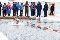 SAHYURTA, ОБЛАСТЬ ИРКУТСКА, РОССИЯ - 11-ое марта 2017: Чашка Байкала Конкуренции заплывания зимы Стоковые Изображения RF