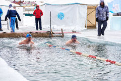 SAHYURTA, ОБЛАСТЬ ИРКУТСКА, РОССИЯ - 11-ое марта 2017: Чашка Байкала Конкуренции заплывания зимы Стоковое фото RF