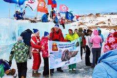 SAHYURTA, het GEBIED van IRKOETSK, RUSLAND - Maart 11 2017: Kop van Baikal De winter het Zwemmen Concurrentie Stock Fotografie