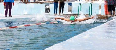 SAHYURTA, IRKUTSK region ROSJA, Marzec, - 11 2017: Filiżanka Baikal Zim Pływackie rywalizacje Motyl Obraz Stock