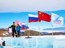 SAHYURTA IRKUTSK REGION, RYSSLAND - mars 11 2017: Kopp av Baikal Vintersimningkonkurrenser Arkivbilder