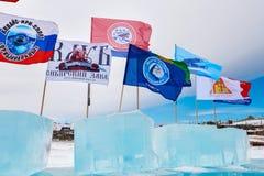SAHYURTA, RÉGION d'IRKOUTSK, RUSSIE - 11 mars 2017 : Tasse de Baikal Concours de natation d'hiver Photographie stock libre de droits