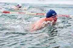 SAHYURTA, REGIÃO de IRKUTSK, RÚSSIA - 11 de março 2017: Copo de Baikal Competições da natação do inverno imagem de stock