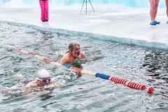 SAHYURTA, REGIÓN de IRKUTSK, RUSIA - 11 de marzo 2017: Taza de Baikal Competencias de la natación del invierno breaststroke Fotos de archivo libres de regalías