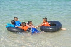 Sai Kaew Beach Sattahip-Military Beach Juego de niños en el w Imagen de archivo libre de regalías