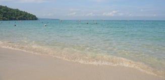 Sai Kaew Beach Sattahip-Military Beach La gente toma el sol y nada Imágenes de archivo libres de regalías