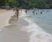 Sai Kaew Beach Sattahip-Military Beach La gente toma el sol y nada Imagen de archivo