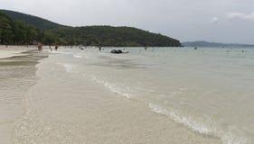 Sai Kaew plaża - wojskowy Wyrzucać na brzeg Ludzie sunbathe i pływają Niektóre letników przespacerowanie wzdłuż brzeg zdjęcia royalty free