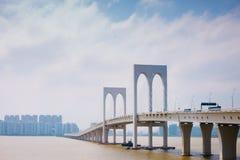 Sai Van bridżowi i nowożytni budynki w Macau obraz stock