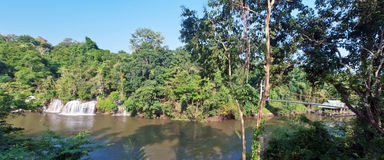 Sai Yok Yai-Wasserfall mit Hängebrücke Lizenzfreies Stockfoto