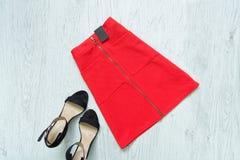 Saia vermelha com etiqueta e as sapatas pretas conceito elegante imagens de stock royalty free