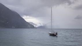 Saiboat attendant la tempête image libre de droits