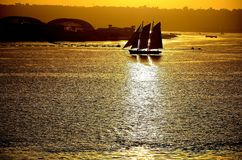 Saiboat die bij zonsondergang kruisen stock fotografie