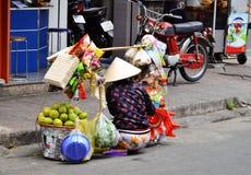 SAIGION VIETNAM mars 06: Kvinnagatuförsäljare som säljer stor grön frukt i Vietnam Royaltyfri Fotografi