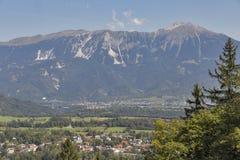 Saigné avec la gamme de montagne de Karawanks en Slovénie images stock