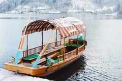 SAIGNÉ, LA SLOVÉNIE - JANVIER 2015 : bateau de touristes vide amarré au rivage de lac images libres de droits