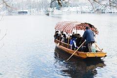 SAIGNÉ, LA SLOVÉNIE - JANVIER 2015 : le batelier transporte des touristes à l'île sur le lac images stock