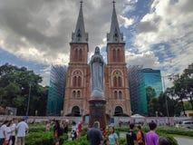 SAIGON DE HO CHI MINH CITY, VIETNAME - EM JULHO DE 2019: Reconstrução da basílica da catedral de Notre-Dame de Saigon imagem de stock