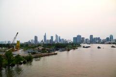 Saigon-Fluss und Baustelle vor Ho Chi Minh City-Skylinen stockfotos
