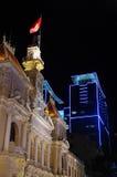 Saigon på natten med den vietnamesiska flaggan Royaltyfri Fotografi
