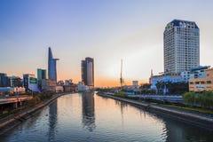 SAIGON, VIETNAM - APRIL 20, 2016 - Indruklandschap van Ho Chi Minh-stad bij zonsopgang Royalty-vrije Stock Fotografie