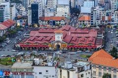 SAIGON, VIETNAM - APRIL 20, 2016 - sikten in mot centret och Ben Thanh marknadsför med konstruktion i Ho Chi Minh City, Vietn Royaltyfria Foton