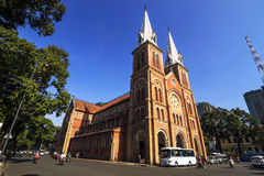 SAIGON, VIETNAM - 5 avril 2016 - Saigon Notre Dame Cathedral (Vietnamienne : Nha Tho Duc Ba) dans un daylife Photos stock
