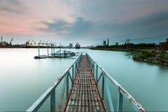 SAIGON, VIETNAM - 24 de abril de 2014 - un puente del hierro en el puerto de Saigon, Vietnam Imagen de archivo libre de regalías
