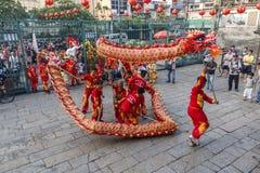 SAIGON, VIETNAM - 15 de febrero de 2018 - danza del dragón y de león muestran en festival chino del Año Nuevo Imagen de archivo