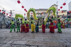 SAIGON, VIETNAM - 15 de febrero de 2018 - danza del dragón y de león muestran en festival chino del Año Nuevo Foto de archivo libre de regalías