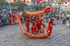 SAIGON, VIETNAM - 15 de febrero de 2018 - danza del dragón y de león muestran en festival chino del Año Nuevo Imagen de archivo libre de regalías