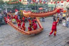 SAIGON, VIETNAM - 15 de febrero de 2018 - danza del dragón y de león muestran en festival chino del Año Nuevo Foto de archivo