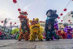 SAIGON, VIETNAM - 15 de febrero de 2018 - danza del dragón y de león muestran en festival chino del Año Nuevo Fotografía de archivo