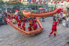 SAIGON, VIETNAM - 15 de febrero de 2018 - danza del dragón y de león muestran en festival chino del Año Nuevo Fotos de archivo libres de regalías