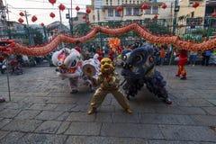 SAIGON, VIETNAM - 15 de febrero de 2018 - danza del dragón y de león muestran en festival chino del Año Nuevo Imagenes de archivo