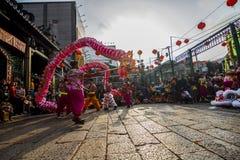 SAIGON, VIETNAM - 15 de febrero de 2018 - danza del dragón y de león muestran en festival chino del Año Nuevo Imágenes de archivo libres de regalías