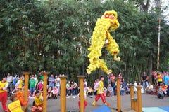 Saigon, Vietnam - 3 de febrero de 2014: Baile del león en los pilares de la flor (Mai Hoa Thung) en Tao Dan Park en el Año Nuevo  Imagen de archivo