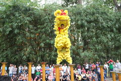 Saigon, Vietnam - 3 de febrero de 2014: Baile del unicornio en los pilares Mai Hoa Thung de la flor en Tao Dan Park Fotografía de archivo libre de regalías