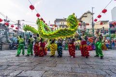 SAIGON, VIETNAM - 18 de febrero de 2015: La danza del dragón y de león muestra en festival chino del Año Nuevo Imagen de archivo