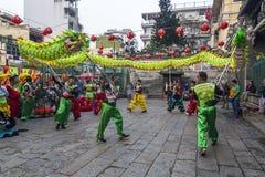 SAIGON, VIETNAM - 18 de febrero de 2015: La danza del dragón y de león muestra en festival chino del Año Nuevo Fotos de archivo