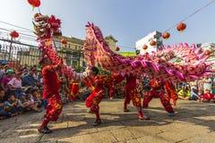 SAIGON, VIETNAM - 18 de febrero de 2015: La danza del dragón y de león muestra en festival chino del Año Nuevo Imágenes de archivo libres de regalías