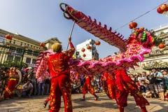 SAIGON, VIETNAM - 18 de febrero de 2015: La danza del dragón y de león muestra en festival chino del Año Nuevo Fotografía de archivo