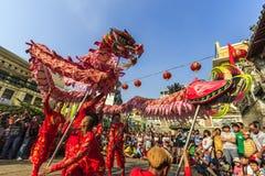 SAIGON, VIETNAM - 18 de febrero de 2015: La danza del dragón y de león muestra en festival chino del Año Nuevo Foto de archivo libre de regalías