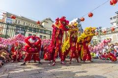 SAIGON, VIETNAM - 18 de febrero de 2015: La danza del dragón y de león muestra en festival chino del Año Nuevo Foto de archivo