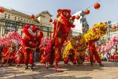 SAIGON, VIETNAM - 18 de febrero de 2015: La danza del dragón y de león muestra en festival chino del Año Nuevo Fotografía de archivo libre de regalías