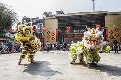 SAIGON, VIETNAM - 18 de febrero de 2015: La danza del dragón y de león muestra en festival chino del Año Nuevo Imagenes de archivo