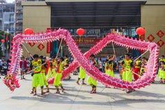 SAIGON, VIETNAM - 18 de febrero de 2015: La danza del dragón y de león muestra en festival chino del Año Nuevo Imagen de archivo libre de regalías