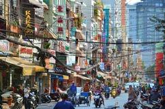 Saigon, Vietnam 8 de março de 2015: As ruas de Saigon (Ho Chi Min City) completamente dos fios foto de stock royalty free