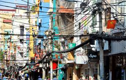 Saigon, Vietnam 8 de marzo de 2015: Las calles de Saigon (Ho Chi Min City) por completo de alambres Imágenes de archivo libres de regalías